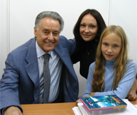 Diana Mashkov with Poet Andrey Dementyev and daughter Nelloj. The All-Russia Exhibition Centre, 09.09.07.